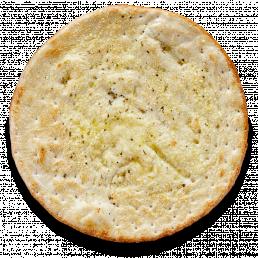 Хлебная лепёшка фокачча с чесноком и сыром пармезан