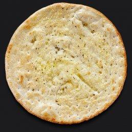 Итальянская лепёшка фокачча с чесноком, пармезаном и оливковым маслом