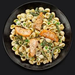Паста с лососем, зелёной фасолью и зелёным горошком