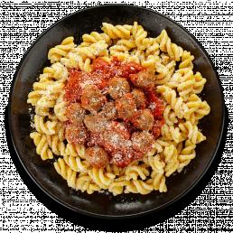 Паста с томатным соусом и фрикадельками