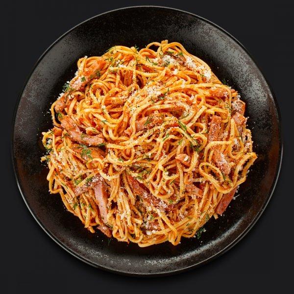 Паста с ветчиной и копчёной грудинкой в томатном остром соусе