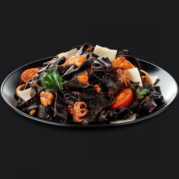 Паста с томатным соусом, морепродуктами и паппарделе неро