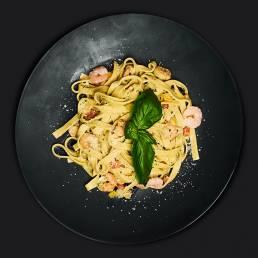 Паста с сырным соусом и морепродуктами
