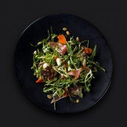 Салат с тыквой, хамоном и мини-моцареллой
