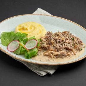 Бефстроганов в сливочно-грибном соусе с картофельным пюре