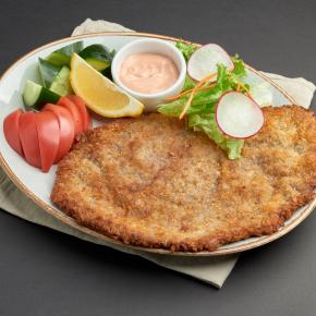 Шницель по-венски с овощами и сливочно-томатным соусом