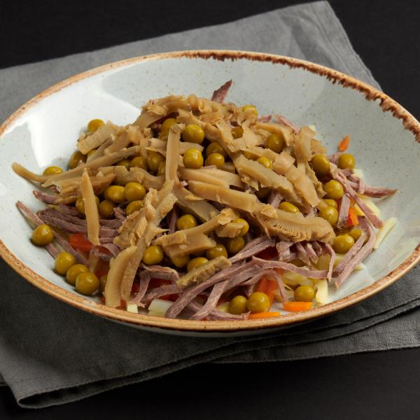 Салат телятиной, груздями и горошком