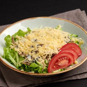 Тёплый салат с телятиной, грибами и гаудой
