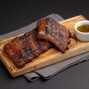 Свиные рёбра барбекю с соусом Чимичурри