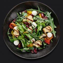 Тёплый салат с фасолью и мини-моцареллой