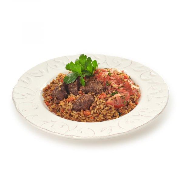 Плов из красного риса девзира с говядиной с салатом ачик-чучук