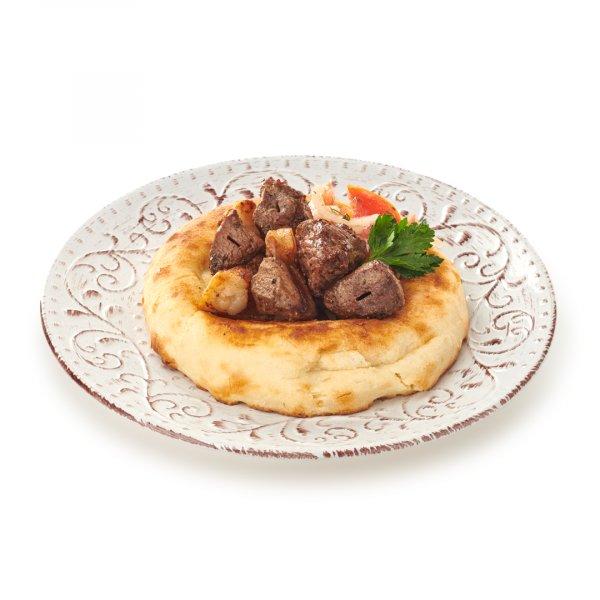 Узбекча на тандырной лепёшке с салатом ачик-чучук и томатным соусом
