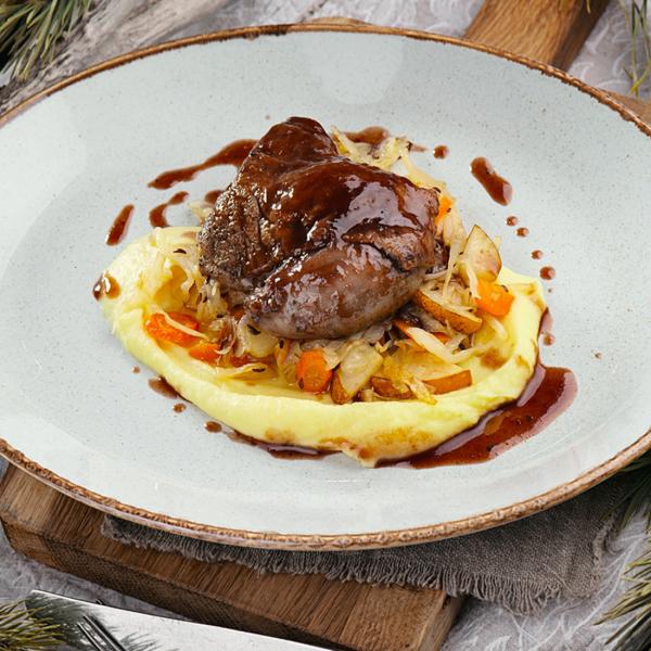 Томлёная утка с картофельным пюре и тремя соусами