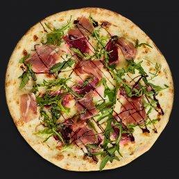 Пицца с хамоном, рукколой и печеной свеклой