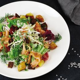 Тёплый салат с копчёной сёмгой и картофелем