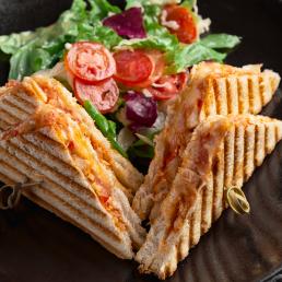 Сэндвич с курицей, томатом и сыром гауда