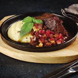 Запечённая телячья лопатка с овощным рататуем и картофельным пюре