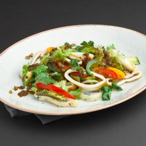 Салат с кальмаром, овощами гриль и халапеньо