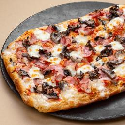 Римская пицца с беконом ветчиной и грибами