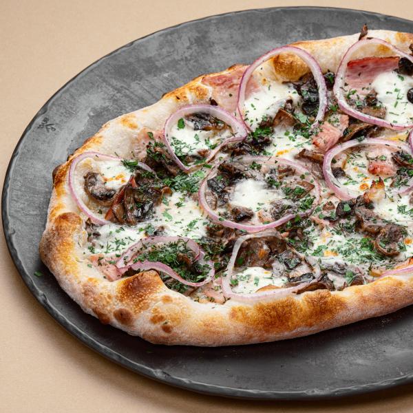 Пицца с беконом и грибами с деревенской сметаной