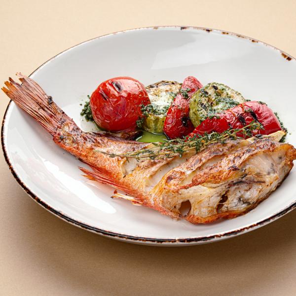 Морской окунь с соусом тартар и овощами гриль