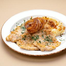 Нежные отбивные из свиной вырезки в льезоне с кольцами обжаренного лука и картофельным пюре