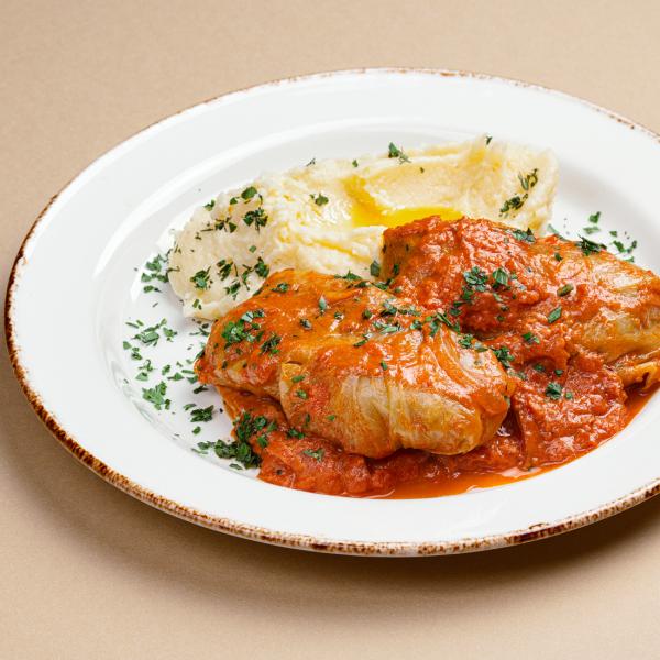 Духовые голубцы в сметанно-томатном соусе с картофельным пюре