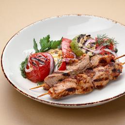Шашлык из свиной шеи с овощами гриль и соусом песто