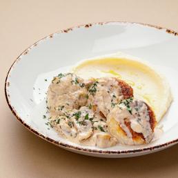 Томлёные тефтели из щуки в сливочно-грибном соусе с картофельным пюре
