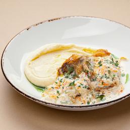 Нежное филе судака в сметанном соусе с овощами и картофельным пюре