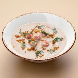 Грибной суп-пюре с кусочками  ветчины и яйцом пашот