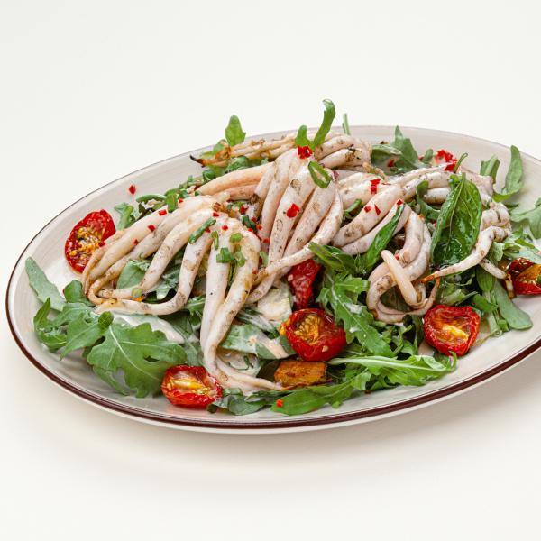 Салат со щупальцами кальмара и печёным картофелем