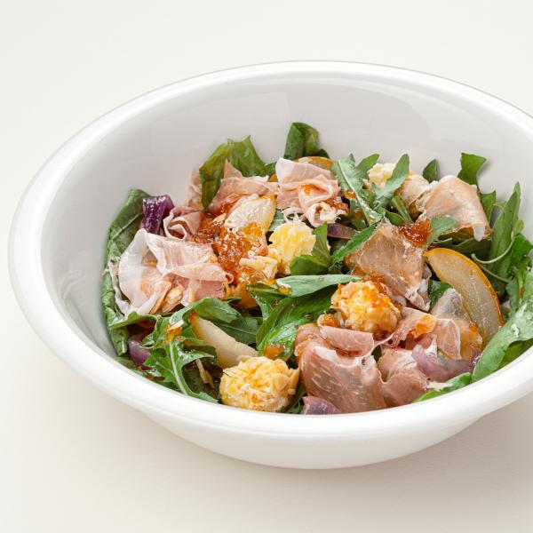 Салат с козьим сыром, печёной грушей и пармой
