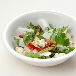 Зелёный салат с горгонзолой и грецким орехом