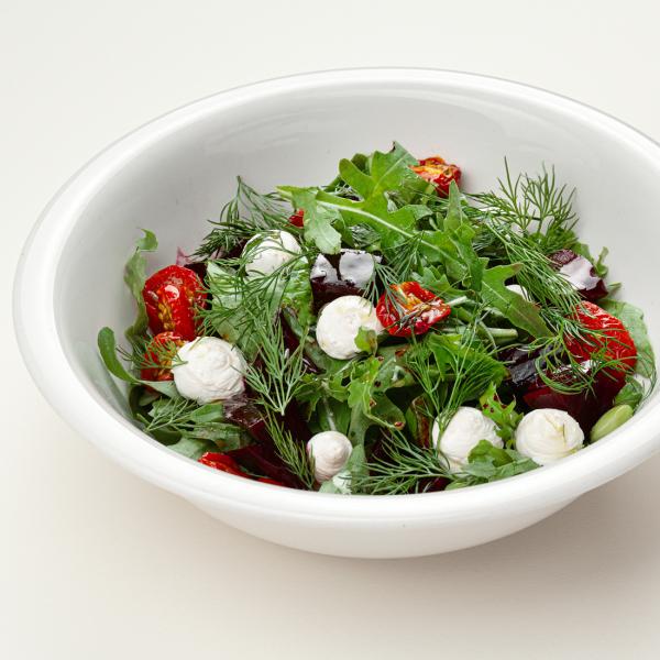 Салат с домашней рикоттой и бальзамической свёклой