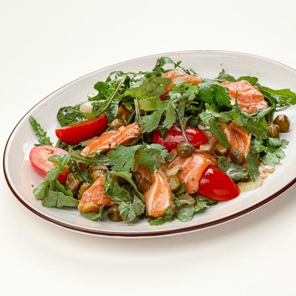 Зелёный салат со слабосолёным лососем и каперсами