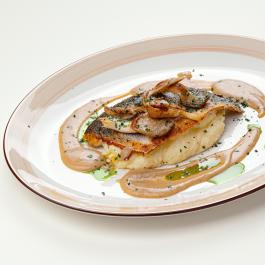 Филе сибаса с вёшенками и соусом из белых грибов