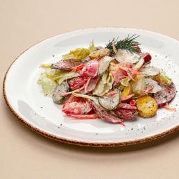Деревенский салат с картофелем, свежими томатами и копчёной колбасой