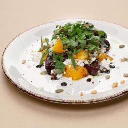 Салат из запечённой свёклы с рикоттой, апельсином и бальзамическим кремом