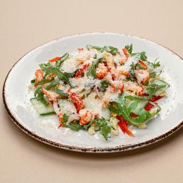 Салат с шейками раков и свежими овощами со сливочной заправкой