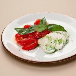 Трио из моцареллы с печёным перцем и томатом