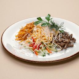Домашний салат с говядиной, морковью по-корейски, омлетом и свежими овощами