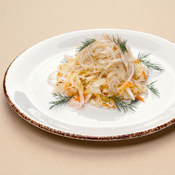 Капуста собственного квашения с маринованным луком под ароматным маслом