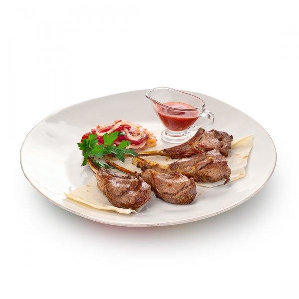 Корейка баранины на лаваше с салатом ачик-чучук и томатным соусом