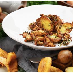 Молодой картофель, обжаренный с  лисичками