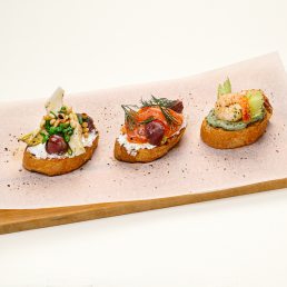 Трио брускетт: креветки и гуакамоле, лосось и сливочный сыр, артишоки и кедровый орех