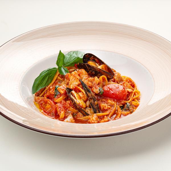 Лингвини с морепродуктами и томатным соусом биск