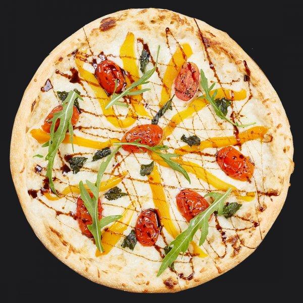 Пицца с печеными овощами и рукколой