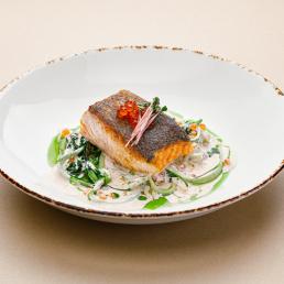 Стейк из лосося со шпинатом, цукини, сливочным соусом и красной икрой