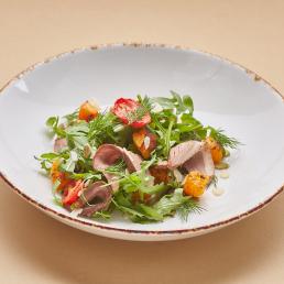 Салат с тыквой, копчёной уткой и вялеными томатами